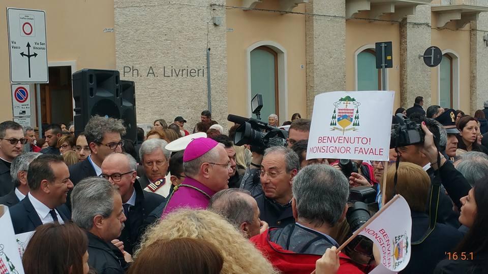 Il saluto del monopoli al nuovo vescovo mons favale s for Nuovo arredo monopoli